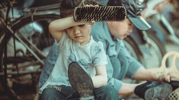 """Bộ ảnh cô bé đánh giày của """"thiên thần"""" Lào Cai gây sốt"""