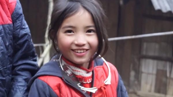 Bé gái Lào Cai gây chú ý khi xuất hiện trong clip của dân phượt với nụ cười cực xinh