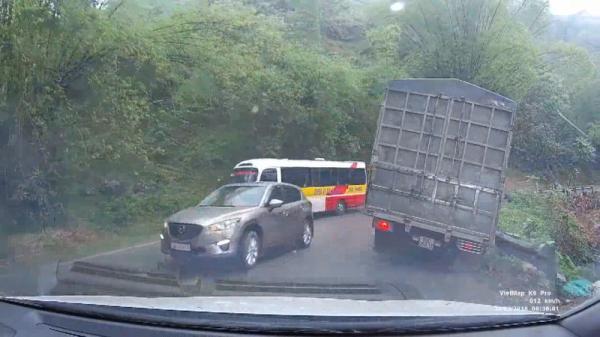 Lấn làn ẩu, ô tô ép xe tải suýt lật xuống đèo ở Sa Pa