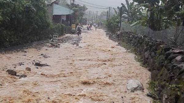 Bát Xát: Mưa lớn gây ách tắc giao thông