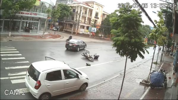 Bất cẩn khi mở cửa ô tô, nữ tài xế khiến xe máy ngã văng
