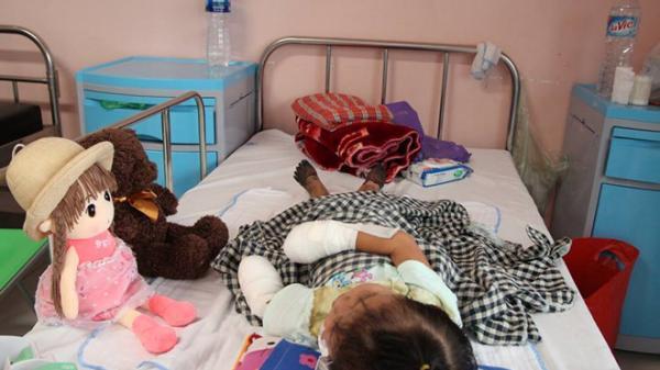 Lào Cai: Mắc bệnh lạ,bé gái 3 tuổi phải cắt bỏ tứ chi
