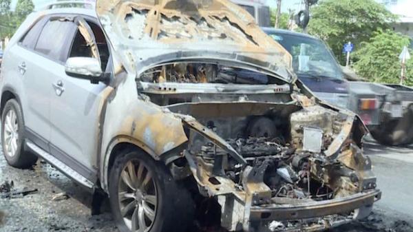 Cha kịp cứu con trai 8 tuổi ra khỏi ôtô trước khi xe bốc cháy