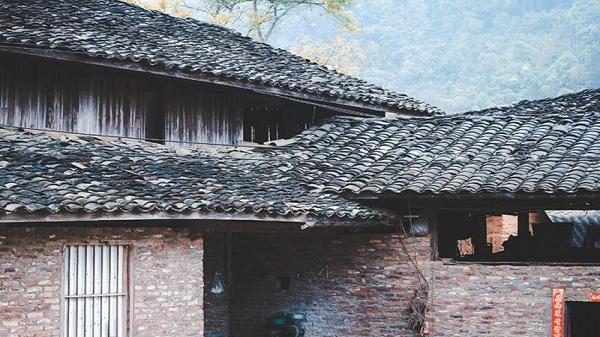Độc đáo những ngôi nhà cổ của người Mông Tây Bắc