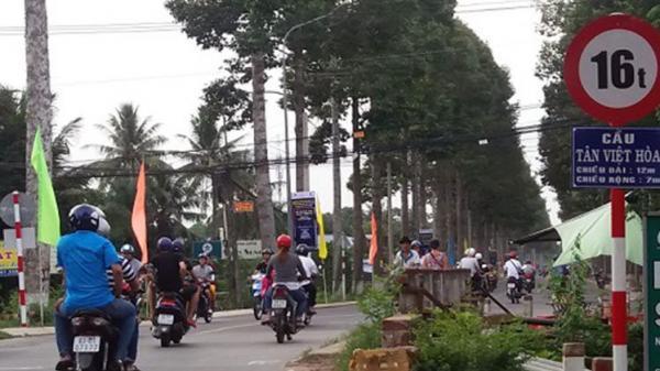 Clip: 2 thanh niên phóng xe máy bạt mạng tông trúng một người phụ nữ, nạn nhân bay qua thành cầu t.ử vong tại chỗ