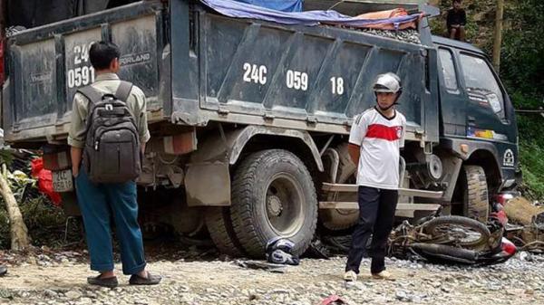 Lào Cai: Xe tải cuốn 2 xe máy vào gầm, nhiều người thương vong