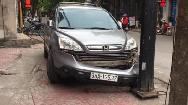 Nữ tài xế tông xe 'rớt hàm' trên vỉa hè: 'Chị giẫm phanh sao nó vẫn nhanh nhỉ?'