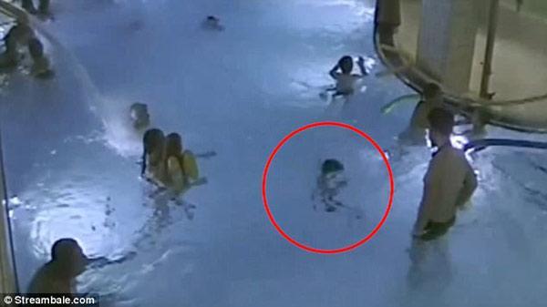 Bắc Giang: Bé trai 6 tuổi đ.uối nước thương tâm khi đi tắm ở bể bơi