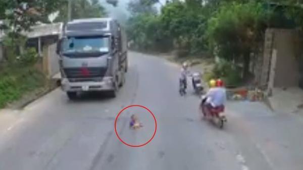 CLIP: Bé trai chạy ra ngồi chơi giữa đường, 2 ô tô cùng nhiều xe máy hốt hoảng phanh gấp