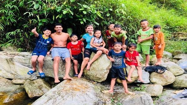 Danh thủ Man Utd cởi trần, tắm suối cùng trẻ em Sa Pa