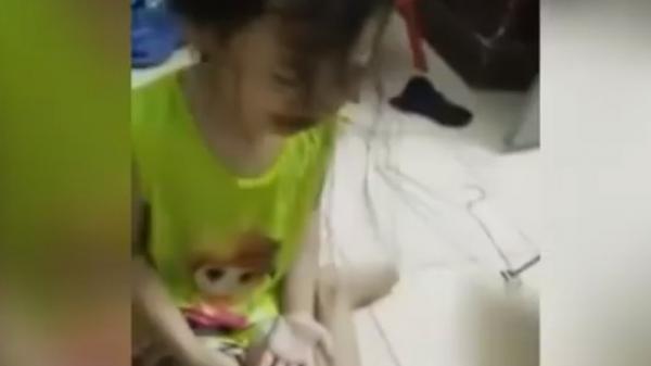 """Mẹ livestream cảnh đánh con gái 4 tuổi chảy máu rồi hô: """"3000 người sẽ xem clip này"""""""
