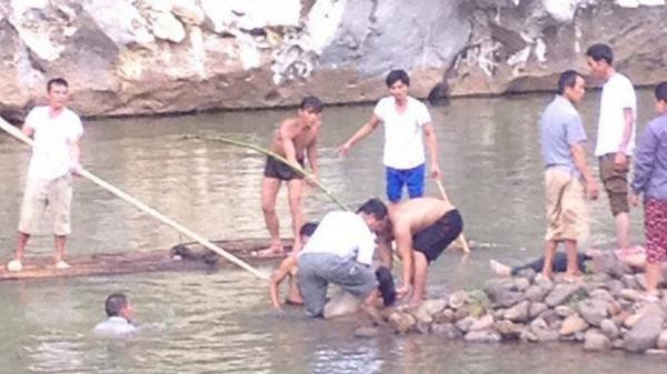Hai em trượt chân xuống nước sâu, một em nhỏ t.ử vong