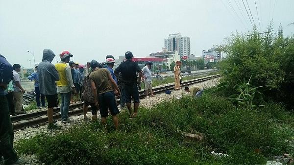 Cố băng qua đường sắt, đôi nam nữ bị tàu cán t.ử vong