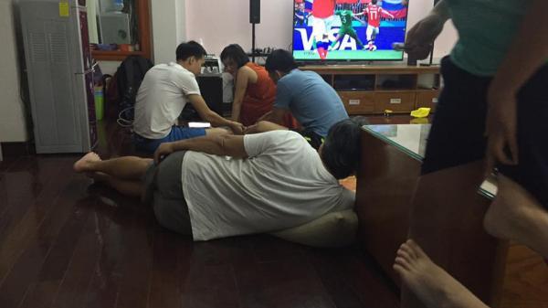 World Cup 2018: Ông nội hô hào con cháu tề tựu xem bóng đá, bóng vừa lăn 15 phút thì ông đã ngủ say sưa