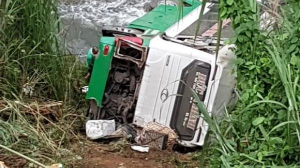 Xe khách chở 42 người lao xuống vực đèo, ít nhất 3 người chết