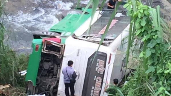 Hiện trường xe khách mang BKS 34 chở 44 người lao xuống vực, hàng chục người thương vong