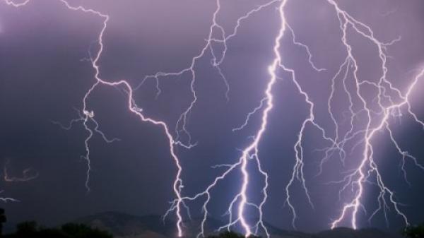 Trú mưa giữa đồng, 12 người bị sét đánh