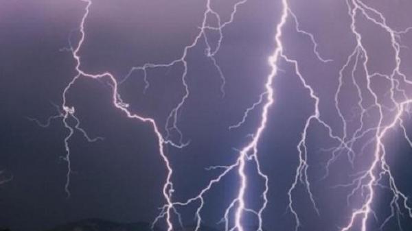 Kinh hoàng: Trú mưa giữa đồng, 12 người bị sét đánh