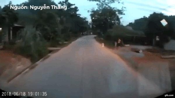 Thót tim clip em bé bất ngờ băng băng chạy qua đường khiến tài xế phải bóp phanh 'cháy lốp'