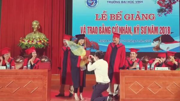 Giảng viên quỳ gối cầu hôn nữ sinh viên trong lễ nhận bằng tốt nghiệp