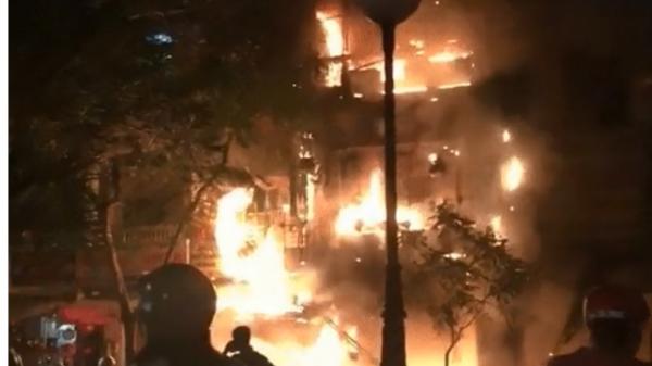 Căn nhà 5 tầng chìm trong biển lửa, hàng trăm chiến sỹ cứu hỏa nỗ lực chữa cháy trong đêm