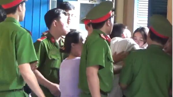 Tử tù nhào đến ôm hôn người thân lần cuối