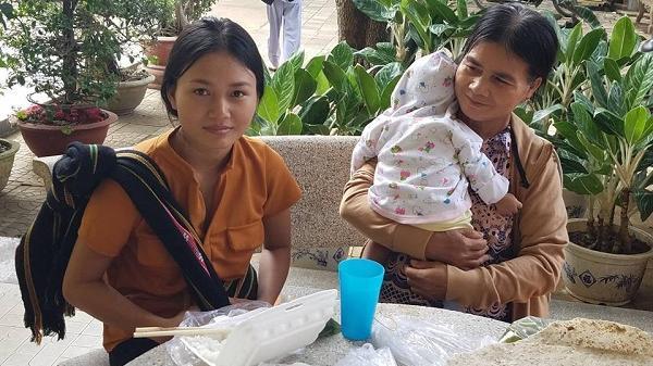 Hi hữu: Người mẹ nhí ẵm con 3 tháng tuổi, vượt cả 100km đi thi THPT Quốc gia