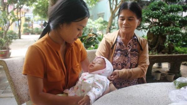 Mẹ bỉm sữa địu con 3 tháng tuổi vượt hơn 100 km đi thi, nuôi ước mơ trở thành cô giáo
