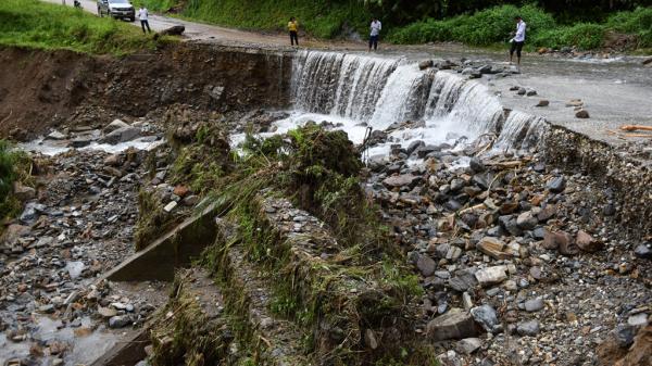 Sạt lở đất nghiêm trọng, quốc lộ huyết mạch phía Bắc bị chia cắt