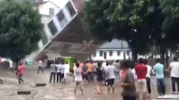 Kinh hoàng: Hàng loạt nhà tầng bị sập sau mưa lớn