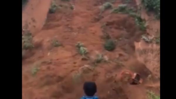 Hàng ngàn m3 đất sạt lở kinh hoàng, 2 công nhân cùng máy xúc bị hất xuống vực sâu