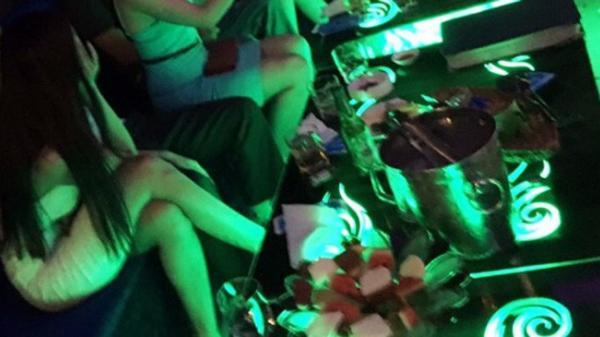 """Bạn gái đòi chia tay để yêu người giàu hơn, 5 năm sau chàng trai bất ngờ gặp người cũ làm """"tay vịn"""" quán karaoke"""
