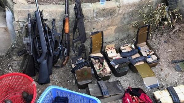 """Tiếp cận nhà """"ông trùm"""" Nguyễn Thanh Tuân, có 3 th.i thể trên tay nắm chặt 3 khẩu súng"""