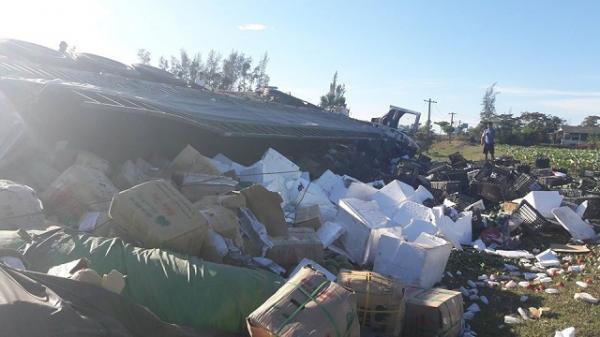 Hà Tĩnh: Xe container lật vệ đường, dân giúp tài xế gom 20 tấn hoa quả