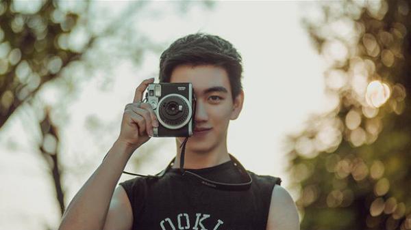 Phát sốt với 'Hot boy trường Kinh tế' hát hay, đàn giỏi và đam mê nhiếp ảnh đến từ Lào Cai