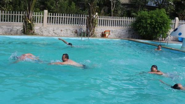 """Giữa """"Chảo lửa"""" Hương Sơn (Hà Tĩnh): Người dân đổ về bể bơi tránh nóng"""
