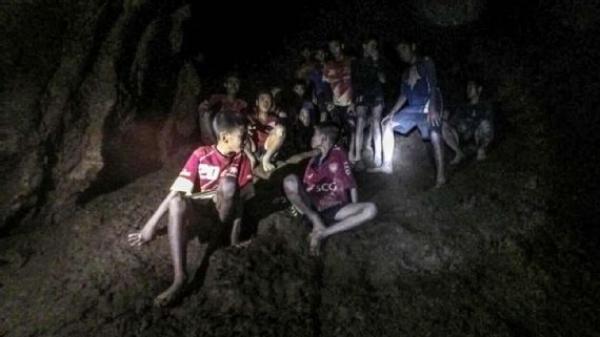 Thái Lan 'đau đầu' tính cách đưa đội bóng ra khỏi hang