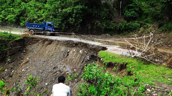 Sạt lở đường do mưa lũ, nhiều xã có nguy cơ bị cô lập tại Bắc Hà, Lào Cai