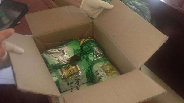 NÓNG: Bắt cặp nam nữ giấu 5 kg hàng đá trong túi đựng trà