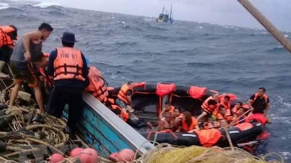 Tàu chở 105 khách du lịch bị chìm: Hiện đã có 13 người t.ử vong