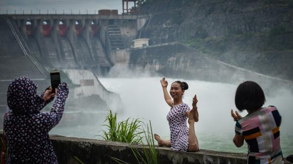 Người dân Hòa Bình nô nức đi xem thủy điện xả lũ