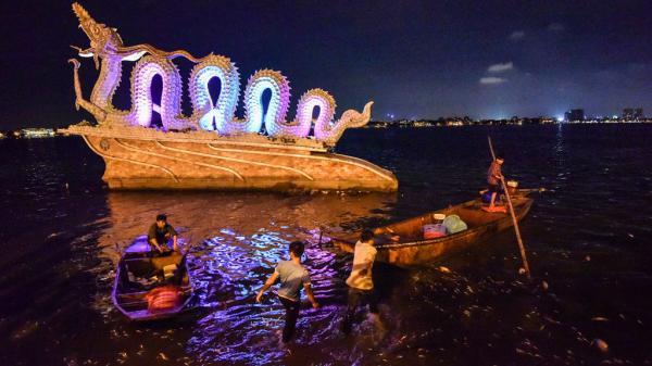 Hàng trăm công nhân trắng đêm vớt xác cá hồ Tây