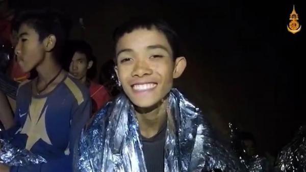 TIN NÓNG: Thái Lan giải cứu những cầu thủ đầu tiên ra khỏi hang Tham Luang