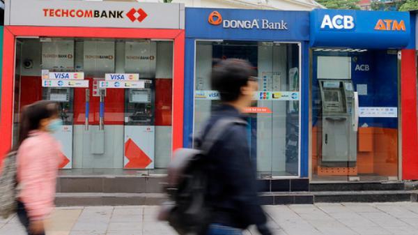 4 ông lớn ngân hàng lại bắt tay nhau tăng phí ATM nội mạng