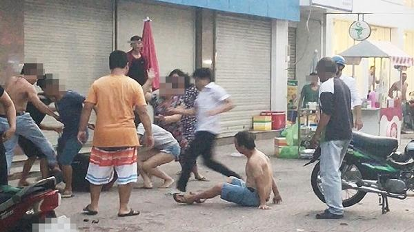 Hải Dương: Mâu thuẫn cá nhân, 1 nhóm người dùng tuýp đánh hội đồng nạn nhân ngay trên vỉa hè