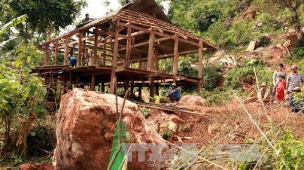 Hòa Bình: Đá lăn sập nhà dân, 3 bố con may mắn thoát nạn