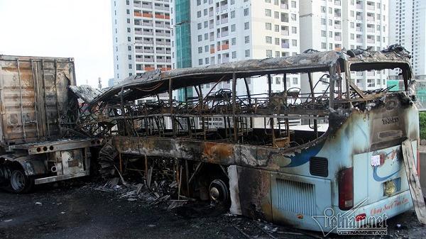 NÓNG: Xe khách bất ngờ húc vào đuôi xe container, cháy rụi hoàn toàn, một thai phụ t.ử vong
