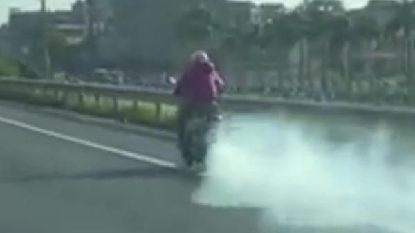 Nữ ninja phóng xe máy đang bốc khói không khác gì tàu hỏa trên đường cao tốc
