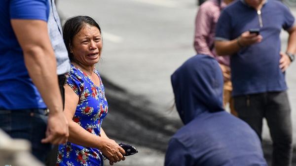 Người thân gào khóc cạnh hiện trường nữ thai phụ t.ử vong mắc kẹt trong xe giường nằm sau hỏa hoạn kinh hoàng