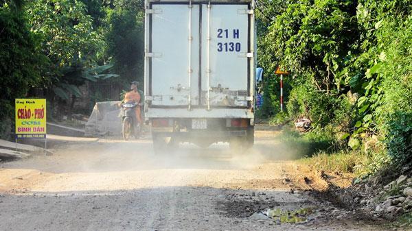 Tỉnh lộ 166 Yên Bái hỏng nặng vì xe tải trọng lớn